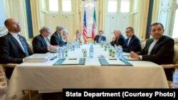 Menteri Luar Negeri AS John Kerry, Menteri Luar Negeri Iran Mohammad Javad Zarif dan tim masing-masing dalam perundingan program nuklir di Wina, Austria (2/7).