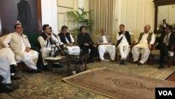 عمران خان کراچی میں میڈیا سے بات کر رہے ہیں۔ 10 جولائی 2019