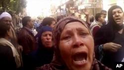 Porodice osuđenih ispred sudnice posle proglašenja presude, Minija u Egiptu, 24. mart 2014.