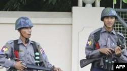 Binh sĩ Miến Ðiện canh gác trước cổng nhà tù khét tiếng Insein ở Yangon
