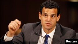 브리핑을 갖고있는 미국 재무부의 데이비드 코언 테러·금융정보 담당 차관. (자료사진)