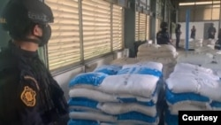 Photo- Official Ketamine မူးယစ္ေဆးဖမ္းမိတဲ့ ကုန္ေလွာင္ရံုကုိ ထုိင္းတရားေရး၀န္ႀကီးနဲ့ UNODC ကဌာ ေနကုိယ္စားလွယ္တို့ သြားေရာက္ႀကည့္ရူ့ခဲ့ပံု