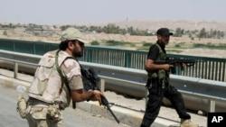 Ömerli'ye giren Irak askerleri ve Şii milisler