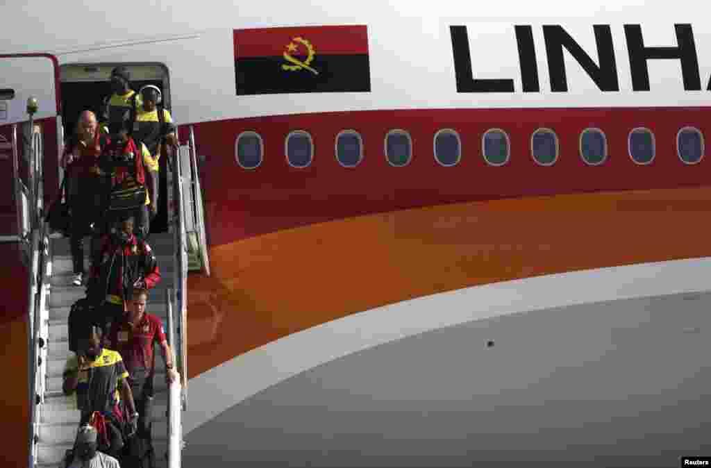 A selecção dos Camarões aterrou no Brasil num avião da Transportadora Aérea Angolana - Taag na Base Aérea do Galeão para participar no Mundial de Futebol que se realiza entre 12 de Junho e 13 de Julho no Brasil. Juno 9, 2014