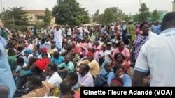 Une manifestation des employés de la fonction publique, à Cotonou, le 24 mars 2018. (VOA/Ginette Fleure Adandé)
