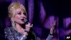 공연중인 돌리 파튼 (Dolly Parton)