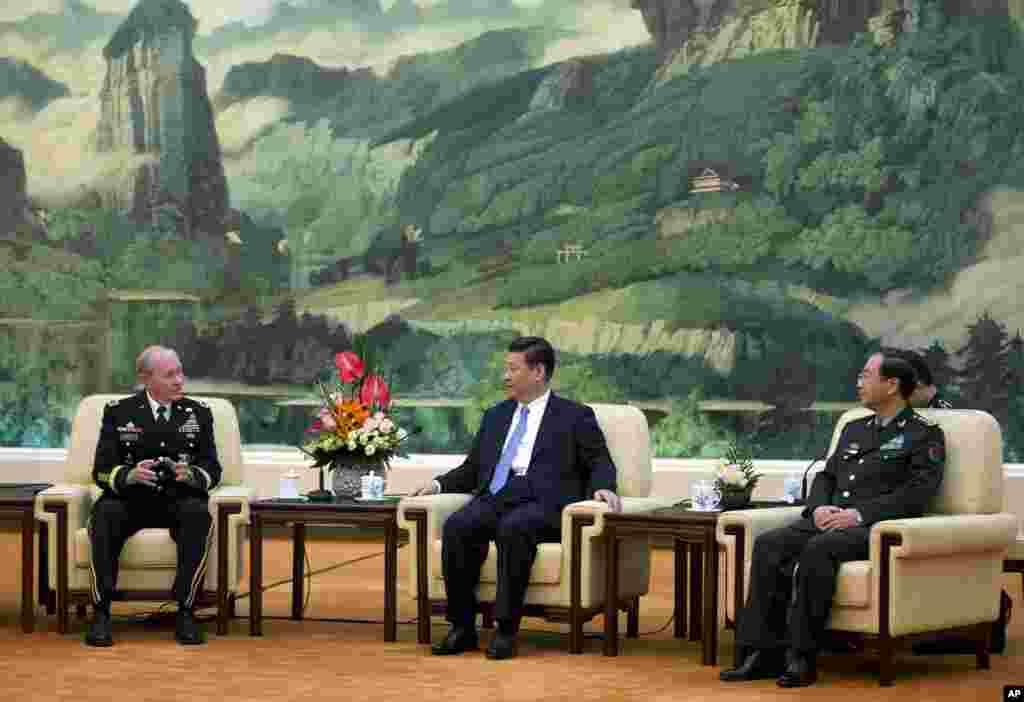 2013年4月23日,在北京人民大会堂,美国参谋长联席会议主席邓普西同中国国家主席习近平和总参谋长房峰辉谈话。