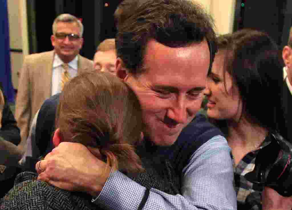 Senator Rick Santorum memeluk salah seorang pendukungnya dalam sebuah acara kampanye di Cuyahoga Falls, Ohio, 5 Maret 2012 (Reuters).