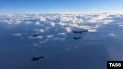 Перша група російських літаків у складі Ту-154 і багатофункціональних бомбардувальників Су-34 під час перельоту з авіабази Хмеймім у пункти постійної дислокації на території Росії, 15 березня 2016 року