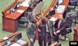 香港立法會議員陳志全抗議時被保安人員驅逐。(美國之音湯惠芸)