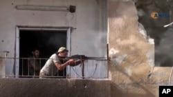 Foto yang diambil dari video yang dirilis pada 3 Agustus 2017 dari Hawar News Agency, kelompok media aktivis Kurdi Suriah, menunjukkan seorang pejuang Suriah yang didukung AS tengah bertempur melawan kelompok ISIS. (Foto: dok.)