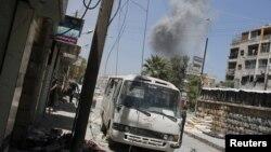 Các binh sĩ phe nổi dậy Syria tìm chỗ núp sau 1 vụ nổ ở Seif El Dawla, vùng lân cận của Aleppo, 24/8/2012