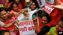 Các nhà hoạt động đối lập cầm một tấm bảng với chân dung của Thủ tướng Ấn Độ Narendra Modi trong một cuộc biểu tình tại Mumbai ngày 5/8/2015.