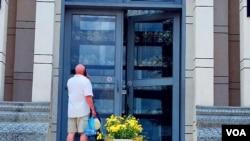 """一名外国游客正在参观""""杀人场""""的骷髅塔。(美国之音朱诺拍摄,2013年5月30日)"""