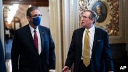 Bruce Castor (kiri) dan Michael van der Veen, dua pengacara anggota tim pembela mantan Presiden Donald Trump saat jeda sidang kasus pemakzulan di Gedung Capitol, Washington DC, Jumat (12/2).