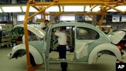 La fábrica de VW en Puebla, al sureste de la capital, fue durante mucho tiempo la única planta del mundo que seguía haciendo los escarabajos clásicos, y hace poco se convirtió en la única que seguía produciendo los más modernos.