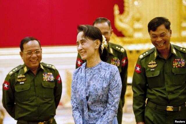 Bà Suu Kyi cam kết sẽ nắm quyền cai trị đất nước thông qua ông Htin Kyaw, người bạn thuở nhỏ và là người thân tín lâu năm của bà. Theo dự liệu, bà sẽ nắm giữ cùng lúc 4 chức vụ, kể cả chức bộ trưởng ngoại giao và bộ trưởng văn phòng tổng thống.