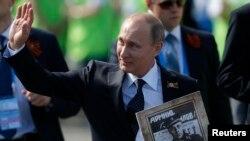 Presiden Rusia Vladimir Putin dalam peringatan hair kemenangan di Lapangan Merah, Moskow (9/5).