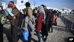 지난달 21일 마케도니아 접경 그리스 북부 국경 지대에서 난민들이 그리스 당국의 검열을 받기 위해 줄을 서 있다. (자료사진)