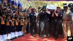 Thi thể của nhân viên an ninh quốc gia Niranjan Kumar được các quân nhân Ấn Độ đưa tiễn tại Bangalore, Ấn Độ, ngày 4/1/2016.