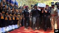 Binh sĩ khiêng thi thể của Niranjan Kumar, biệt kích thuộc đội Bảo vệ An ninh Quốc gia, tại Bangalore, Ấn Độ, ngày 4/1/2016.