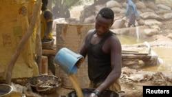 Des mineurs traitent de la poussière fine et du sol à la recherche d'or dans une colonie de mineurs à Anka, à Zamfara, au Nigéria. 21 avril 2016.