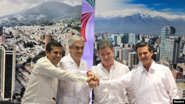 Latin American Presidents (L-R) Peru's Ollanta Humala, Chile's Sebatian Pinera, Colombia's Juan Manuel Santos and Mexico's Enrique Pena Nieto pose for pictures after signing the final agreement for an economic investment protocol in Cartagena, Feb. 10, 20