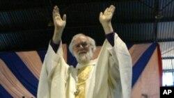 坎特伯雷大主教罗文·威廉姆斯10月9日在哈拉雷向圣公会教徒招手