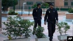 Dua orang polisi sedang berpatroli di Madrid, Spanyol (Foto: dok).