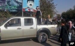 Chiến binh Taliban đứng canh gác trên một xe tải nhỏ ở thành phố Kunduz ngày 29/9/2015. Việc Taliban chiếm Kunduz trong một cuộc tấn công bất ngờ từ nhiều phía đánh dấu lần đầu tiên phe nổi dậy này chiếm được một thành phố lớn kể từ khi bị lật đổ năm 2001.