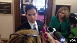 El senador Marco Rubio habla con la presa hispana en los pasillos del Senado. [Foto: Ramon Taylor, VOA].