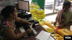 Ellen Jean Ehsa làm việc với một khách hàng trong ngôi chợ do cô sở hữu và quản lý, Pohnpei, Liên bang Micronesia, ngày 29 tháng 4, 2017.