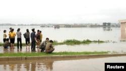 지난 2012년 7월 홍수가 발생한 북한 안주에서 주민들이 물에 잠긴 마을을 바라보고 있다. (자료사진)