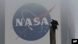 La polémica ley es parte de una estrategia del congresista Frank Wolf, presidente del subcomité de Apropiaciones de la Cámara que tiene jurisdicción sobre la NASA, para restringir el acceso de extranjeros a las instalaciones de la NASA.