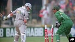 لاہور کے قذافی اسٹیڈیم میں کھیلے جانے والے 1996ء کے ورلڈ کپ کا ایک میچ جس میں پاکستانی وکٹ کیپر راشد لطیف نیوزی لینڈ کے کپتان ایل کے جرمن کو آؤٹ کر رہے ہیں۔ (فائل فوٹو)