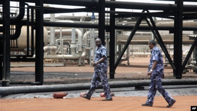 Sudanese armed forces walk inside oil production facility at border town of Heglig, Sudan (file photo)