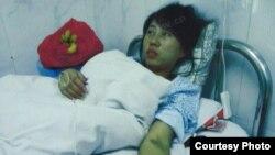 強制引產後在醫院裡的馮建梅(資料圖片)
