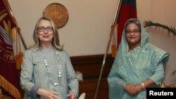 Menlu AS Hillary Clinton (kiri) bertemu dengan PM Bangladesh Sheikh Hasina di Dhaka (5/5).