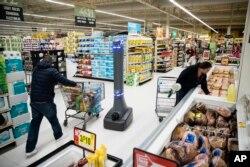 지난 1월 미국 펜실베이니아주 해리스버그의 '자이언트' 식료품점에서 로봇이 매장 바닥을 청소하고 있다.