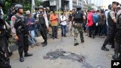 지난달 14일 인도네시아 자카르타 시에서 폭탄 테러가 발생해 경찰이 출동했다. 범인들은 번화가 스타벅스 커피샵 인근에 폭발물을 설치ㅎ하고 도주 과정에서 경찰과 총격전을 벌였다. (자료사진)