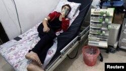 지난해 8월 시리아 내전 격전지인 알레포 인근에서 염소가스로 추정되는 화학무기가 살포됐다고 구호단체들이 주장한 가운데, 알커즈 병원으로 후송된 주민이 치료를 받고있다.
