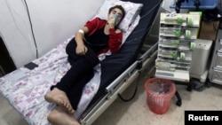 Một người dân đang thở oxy ở bệnh viện al-Quds sau khi một bệnh viện và nhóm dân quân tự vệ nói rằng một loại hóa chất, mà họ tin rằng đó là khí clo, đã được thả xuống cùng với bom thùng ở khu dân cư thành phố Aleppo, Syria, ngày 11 tháng 8 năm 2016.