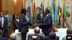 Le président Salva Kiir du Soudan du Sud, au centre, et le leader de la rébellion au cours de la cérémonie de la signature du cessez-le-feu, à Addis Abeba, 9 mai 2014.