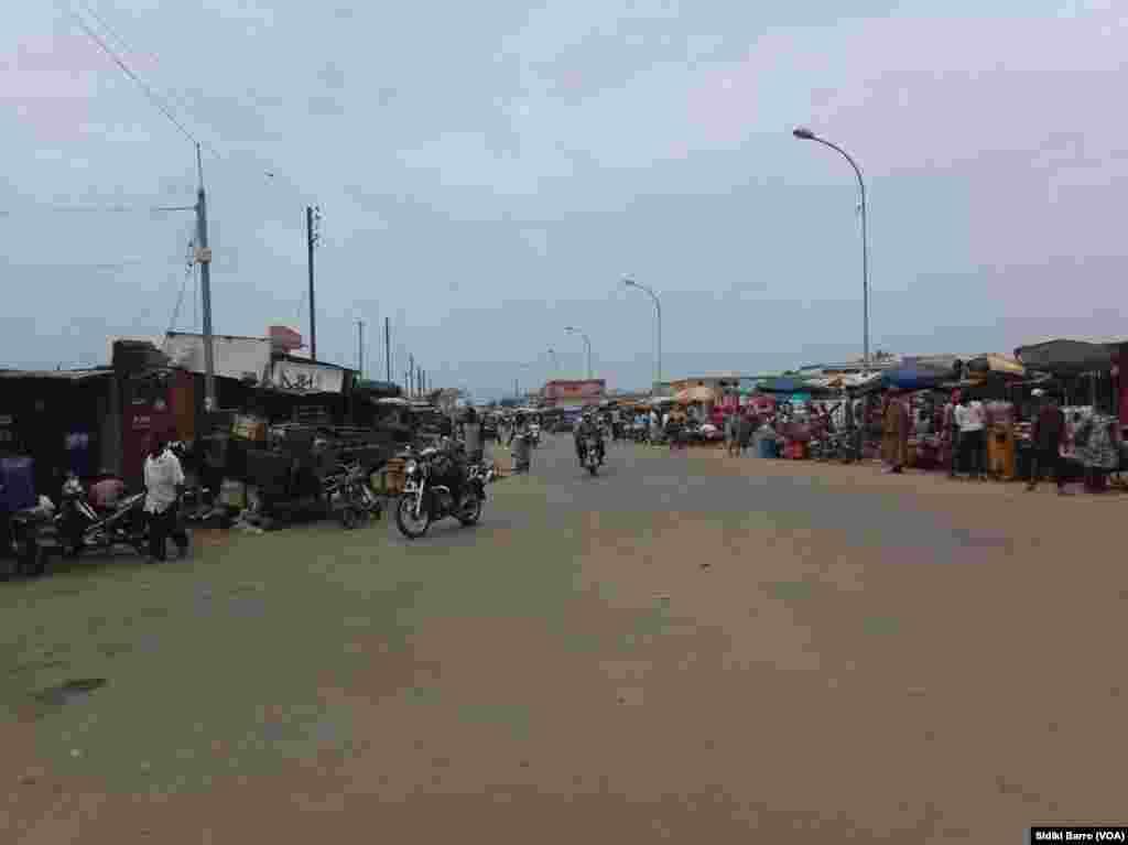 Quelques personnes sont sorties faire des emplettes au marché local à Bouaké, Cote d'Ivoire, 13 mai 2017. (VOA/Sidiki Barro)