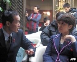 """""""生命对话""""栏目两位主持人--中央人民广播电台的专业主持人刘静和艾滋病病毒携带者主持人马宾俊交谈"""