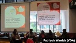Dalam jumpa pers di Jakarta, Migrant Care mendesak pemerintah segera mengevaluasi moratorium pengiriman pembantu rumah tangga ke Timur Tengah. (VOA/Fathiyah Wardah)
