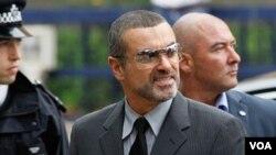 George Michael fue liberado de la prisión en donde permaneció las cuatro últimas semanas por conducir bajo los efectos de la marihuana.