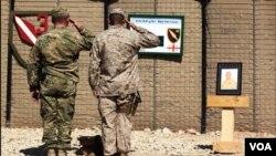 坎大哈省的扎里地區﹐三名美軍士兵被路邊炸彈爆炸喪生﹐同袍悼念敬禮
