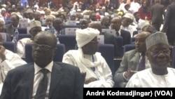 Au premier plan, deux anciens premiers ministres Emmanuel Nadigar en costume et Kalzeubé Pahimi, N'Djamena, Tchad, le 24 mars 2018. (VOA/André Kodmadjingar)