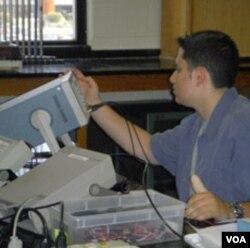 Pelajar sains membuat tugas sekolah dalam bidang sains di sekolah akademi Montgomery